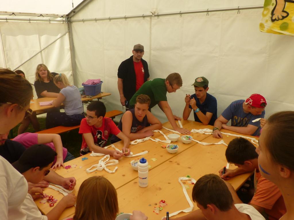 Gemeinsam Basteln, Malen und Spaß haben: Behindertenzeltlager 2015
